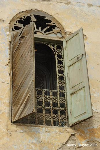 Voyages maroc 2006 fen tre avec d cor de fer forg et for Decoration fenetre en fer